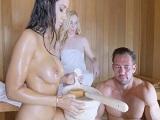 Entra en la sauna y consigue ligarse a dos tetonas salidas - Trios