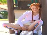 Pelirroja exhibicionista se hace sus pajillas en un parque público - Pelirrojas