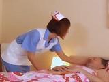 La enfermera cachonda se folla al abuelo en la camilla - XXX