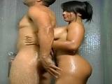 Brasileña masturba a su novio en la ducha y después le cabalga la polla - HD