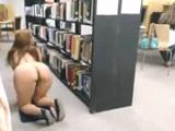 Latina cachonda se masturba con gente al lado en la biblioteca - Webcam Porno