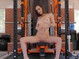 Lily Jordan te espera en la cinta de correr, ansiosa de una polla gruesa - Actrices Porno