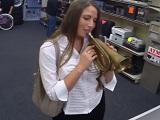 Va a la casa de empeños a vender una trompeta y se lleva una follada - POV