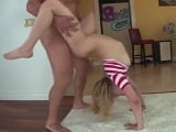 Mia Malkova en leggins y probando todas las posturas para un anal - Rubias