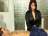 La masajista nota mi erección y la acaba aprovechando - Amateur