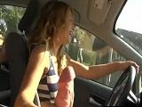 La guarra de mi novia empieza a hacerme una paja mientras conduce - Rubias