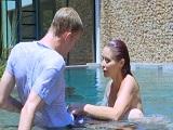 Invito a mi vecina a la piscina y acabamos follando allí mismo - HD