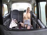 Sube a las putas del polígono en el taxi y se las folla dentro - Anal