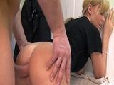 Esta madre se lleva una corrida en el culo después de planchar - Anal