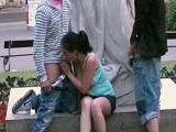 Morena haciendo dos mamadas a la vez en público - Masturbaciones