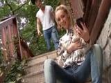 Rubia casada se encapricha de la polla del nuevo jardinero - Rubias