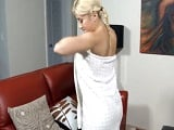 Rubia recién salida de la ducha recibe una dura dosis de sexo - Amateur