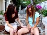 Mamá enseña a su hija unas lecciones básicas sobre tocarse - Lesbianas