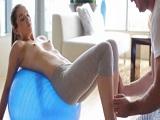 El profesor de yoga le clava su pollón a la actriz Kasey Warner - Actrices Porno