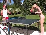 Hermanastra zorra se pone a jugar desnuda conmigo al ping pong - Rubias