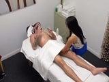 Va a por un masaje y resulta que la chica le mete mano - Asiáticas