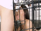 Mete a su chica dentro de la jaula para follársela por el morbo - Amateur