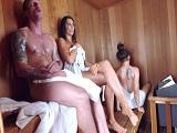Nos ponemos tan cachondos en la sauna que acabamos follando allí - Amateur